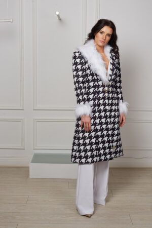 Houndstooth print fitted coat with white fur collar and cuff